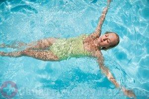 Đi bơi giúp hạ nhiệt, tránh bị nổi mẩn ngứa