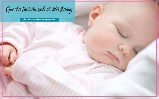 Trẻ sơ sinh ngủ ít không sâu giấc
