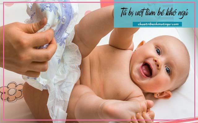 Trẻ sơ sinh ngủ ít và khó ngủ do tã ướt