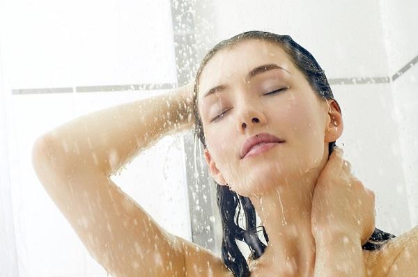 Nhiều người thắc mắc bị nổi mề đay có được tắm không?