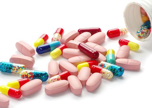 Tác dụng phụ của thuốc tây là một trong những nguyên nhân gây nổi mẩn ngứa khắp người